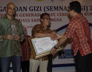 <strong>Ketua Pergizi Pangan Prof Dr Hardinsyah menyerahkan penghargaan kepada Head of Corporate Affairs Sar</strong>