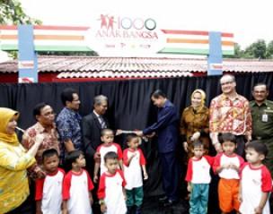 <strong>Kepala BKKBN Prof dr Fasli Jalal SpGK (tengah) memotong pita sebagai tanda peresmian PAUD 1000 Anak </strong>